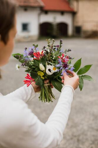 svatební kytice barevná na jaře