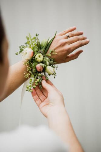 květinový náramek svatba v květnu