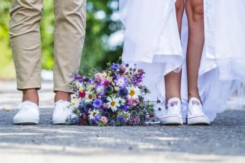 svatba v teniskách letní svatba svatební kytice