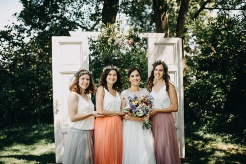 letní svatba slavobrána nevěsta a družičky v létě