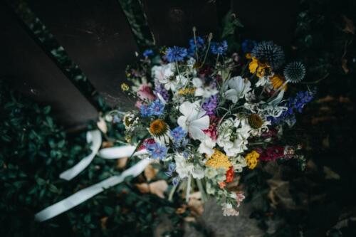 svatební kytice letní mix modrá bílá růžová žlutá