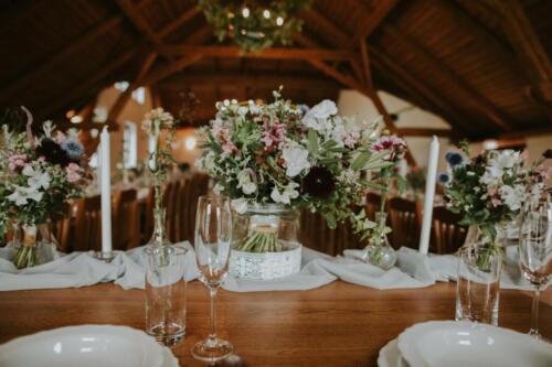 svatební tabule bílá růžová červená svatba v létě