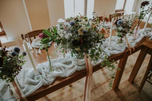 bílá růžová červená svatební výzdoba stolu svatba v létě