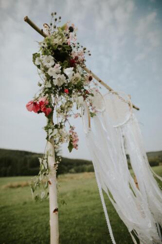 bílá růžová červená slavobrána svatba v létě detail