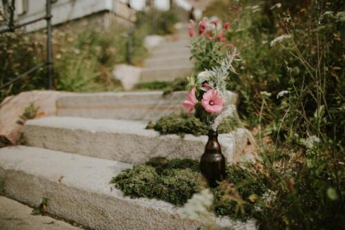 bílá růžová červená svatební výzdoba venkovní svatba v létě