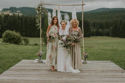 bílá růžová červená slavobrána letní svatba