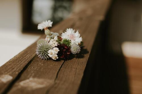 letní svatba korsáž bílá růžová červená