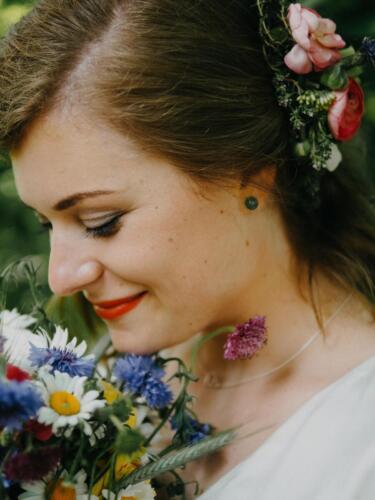 barevná svatební kytice na jaře jarní ozdoba vlasů