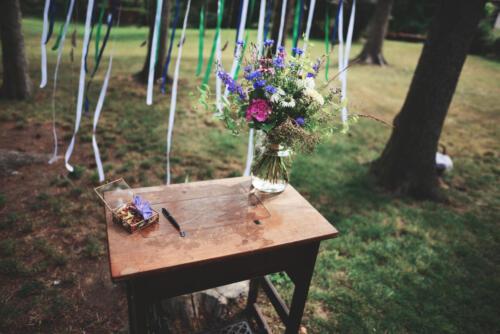 bílá modrá růžová letní svatební kytice výzdoba na stůl