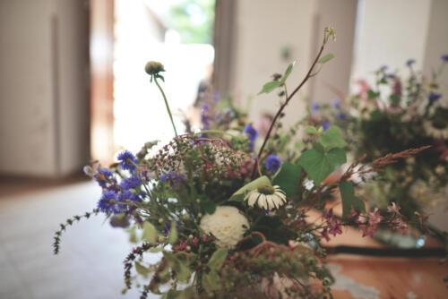 bílá modrá růžová letní svatební kytice